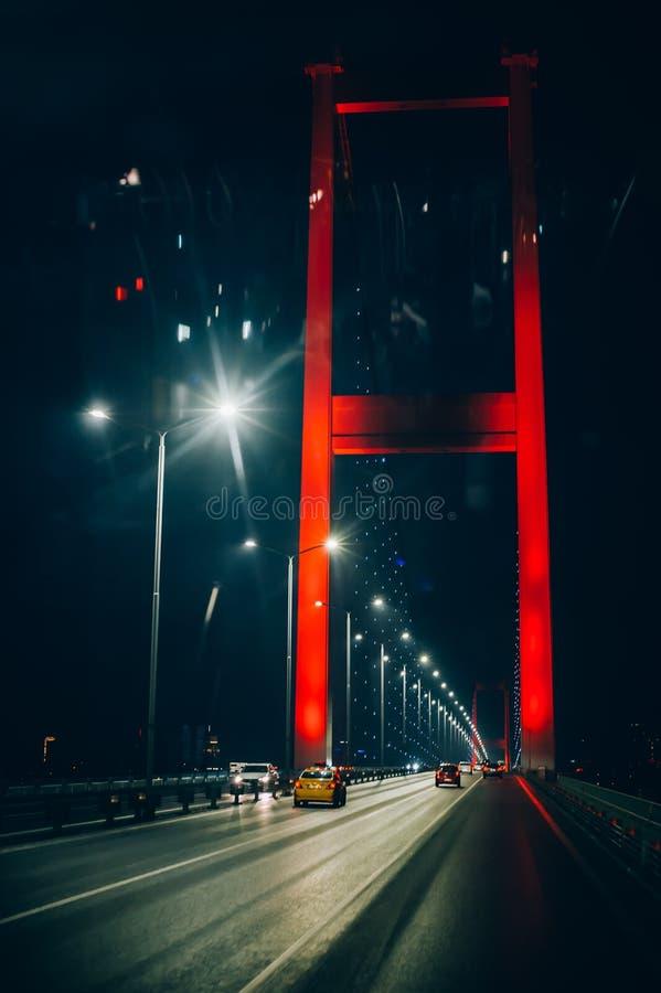 La vista nocturna del puente de Bosphorus, Fatih Sultan Mehmet, Estambul imágenes de archivo libres de regalías