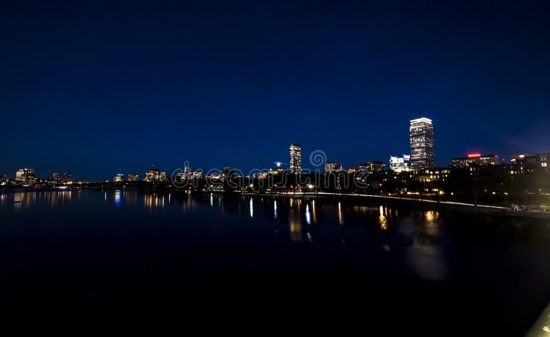 La vista notturna della città di Boston riprodotta nel fiume Charles fotografia stock libera da diritti