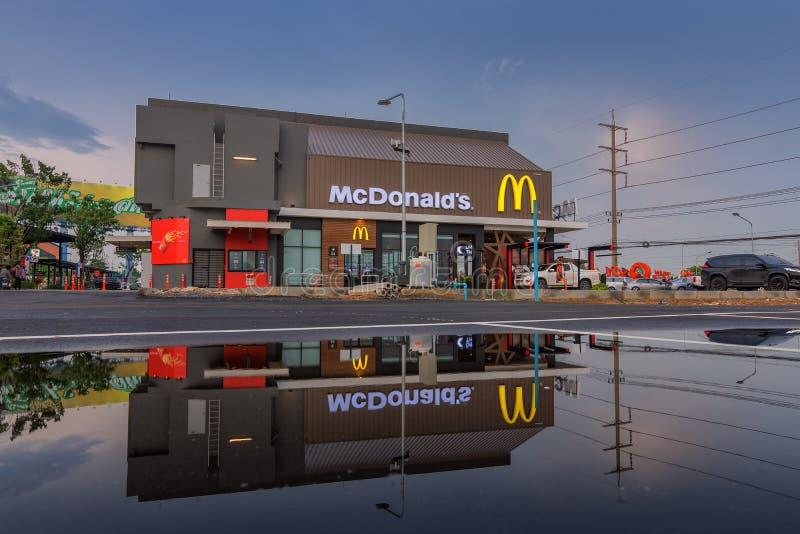 La vista a Oporto va Bangpa-in, ristorante del ` s di McDonald a Ayutthaya, Tailandia Il ` s di McDonald è un restaur degli alime immagine stock libera da diritti