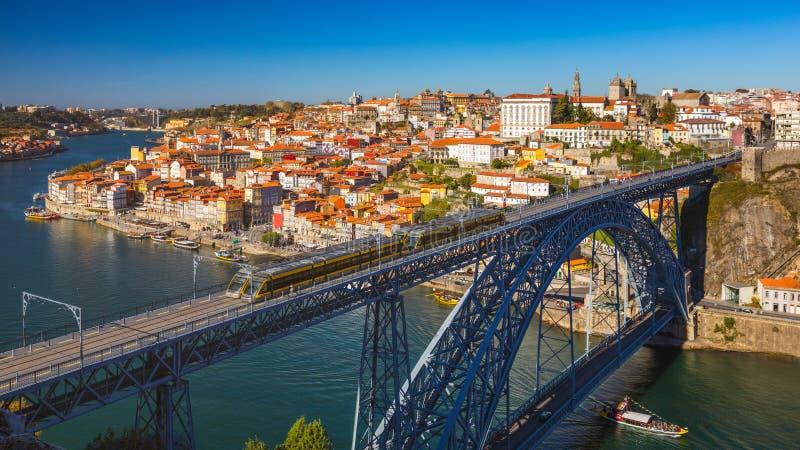La vista panorámica de la ciudad vieja de Oporto (Oporto) y Ribeira encima hacen foto de archivo libre de regalías
