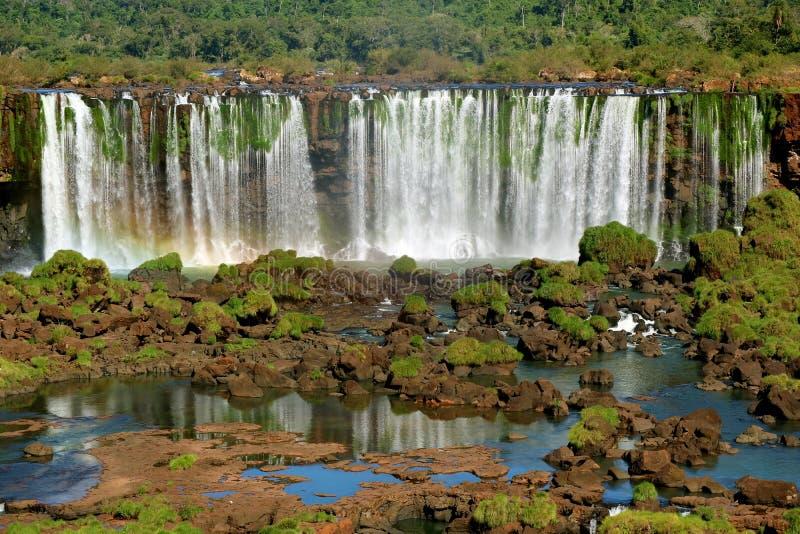 La vista panorámica de las cataratas del Iguazú en el lado brasileño, Foz hace Iguacu, el Brasil, Suramérica imagen de archivo libre de regalías