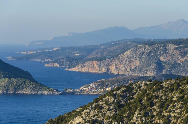 La vista panorámica de las montañas de las bahías y el kefalonia costean imagen de archivo libre de regalías