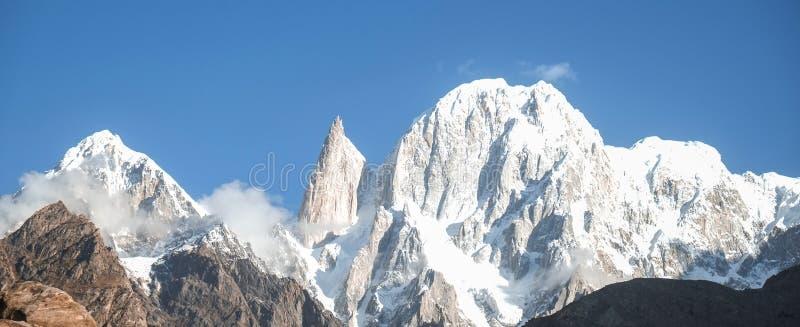 La vista panorámica de la nieve capsuló el pico de Hunza y el pico del melindre Valle de Hunza paquistán imagen de archivo libre de regalías