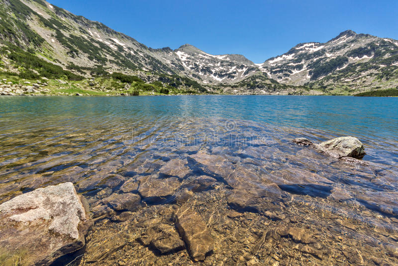 La vista panorámica del chuki y de Dzhano de Demirkapiyski enarbola, lago Popovo, montaña de Pirin, Bulgaria imagen de archivo