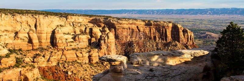 La vista panorámica del monumento nacional de Colorado consiste en el sorprender de formaciones naturales cerca de las ciudades d foto de archivo libre de regalías