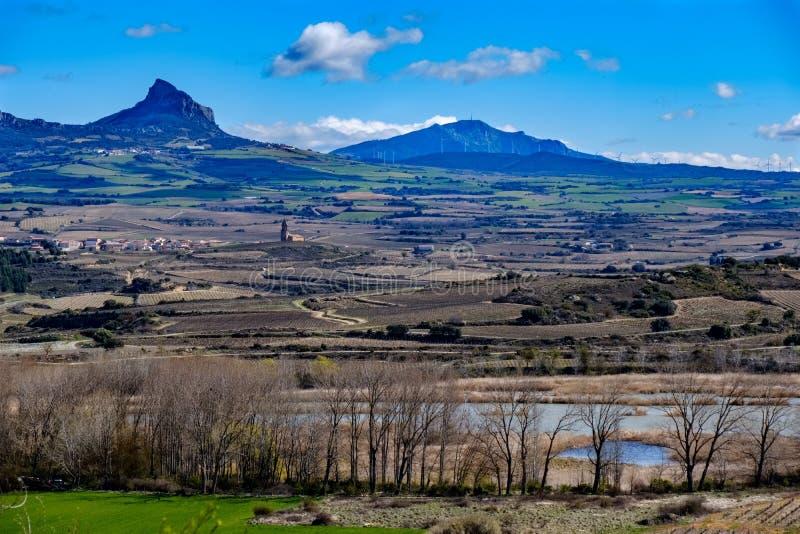 La vista panorámica del paisaje de la región de La Rioja de la ciudad llamó Laguardia con los viñedos sin las hojas en VE foto de archivo