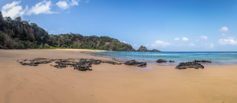 La vista panorámica del Praia hace Sancho Beach - a Fernando de Noronha, Pernambuco, el Brasil imagen de archivo libre de regalías