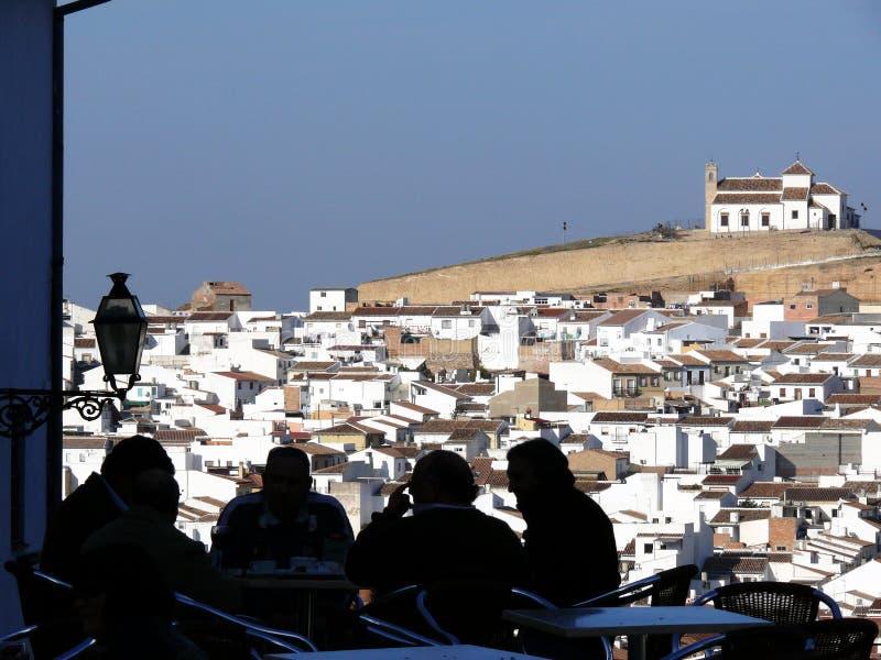 La vista panor?mica de la ciudad de Antequera en Espa?a, con los amantes oscila la colina en el fondo imagen de archivo
