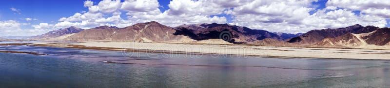 La vista panoramica del Brahmaputra e la montagna abbelliscono - il Tibet fotografie stock libere da diritti