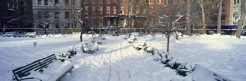 La vista panoramica delle case storiche e Gramercy parcheggiano, Manhattan, New York, New York dopo la bufera di neve dell'invern fotografie stock