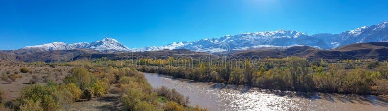 La vista panoramica di una valle con neve ha ricoperto le montagne ed il fiume Eufrate vicino a Erzincan, Turchia fotografia stock libera da diritti