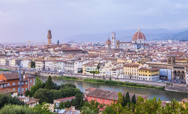 La vista panoramica sopra la città di Firenze da Michelangelo Square ha chiamato Piazzale Michelangelo immagini stock