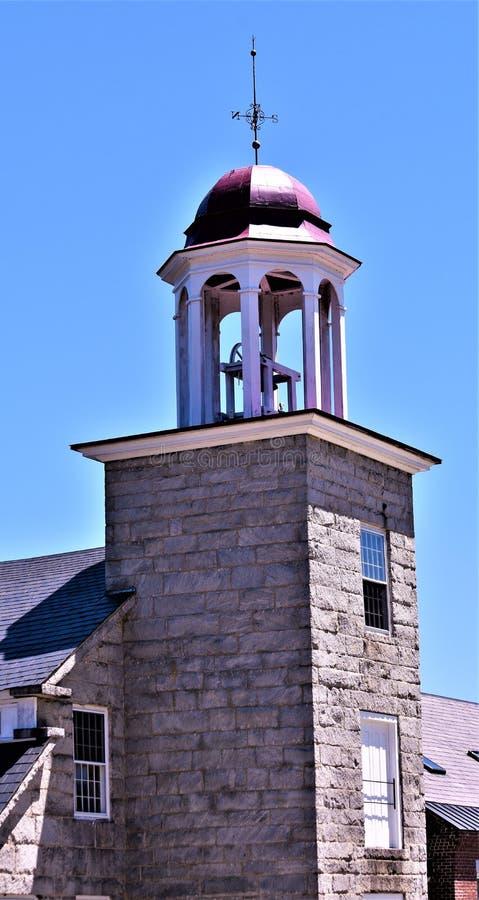 La vista parziale del lanificio e della torretta del XVIII secolo ha messo nella città bucolica di Harrisville, New Hampshire, St immagini stock