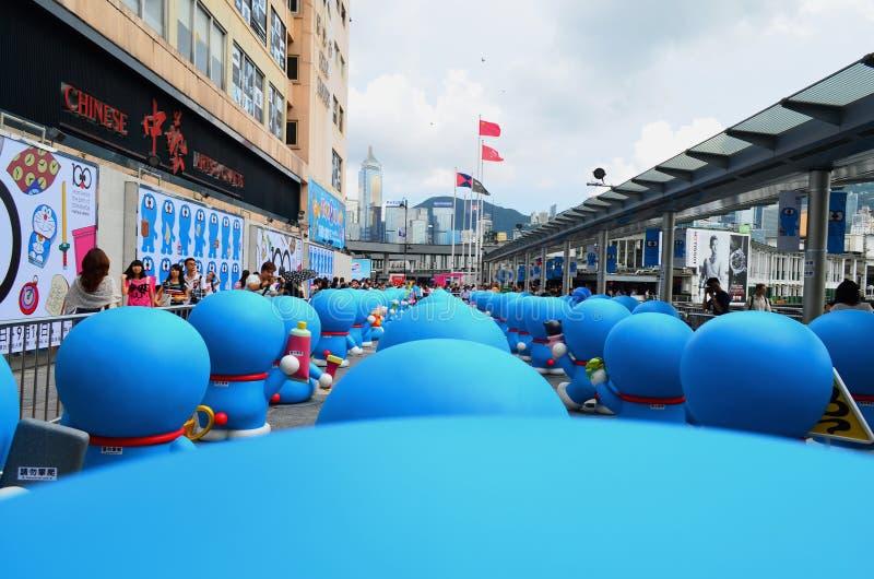 La vista posterior de Doraemon calcula en ciudad del puerto imagen de archivo