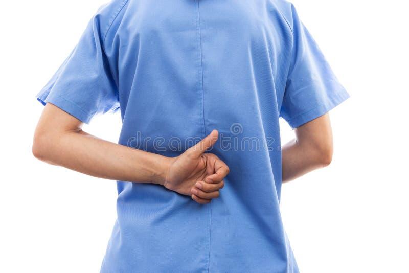 La vista posterior de la enfermera de sexo femenino o la parte posterior del doctor que hace los pulgares sube el gestur imagenes de archivo