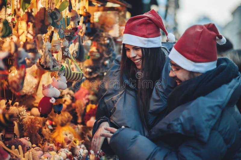 La vista posterior de pares en la Navidad comercializa parecer decorativa a fotografía de archivo libre de regalías