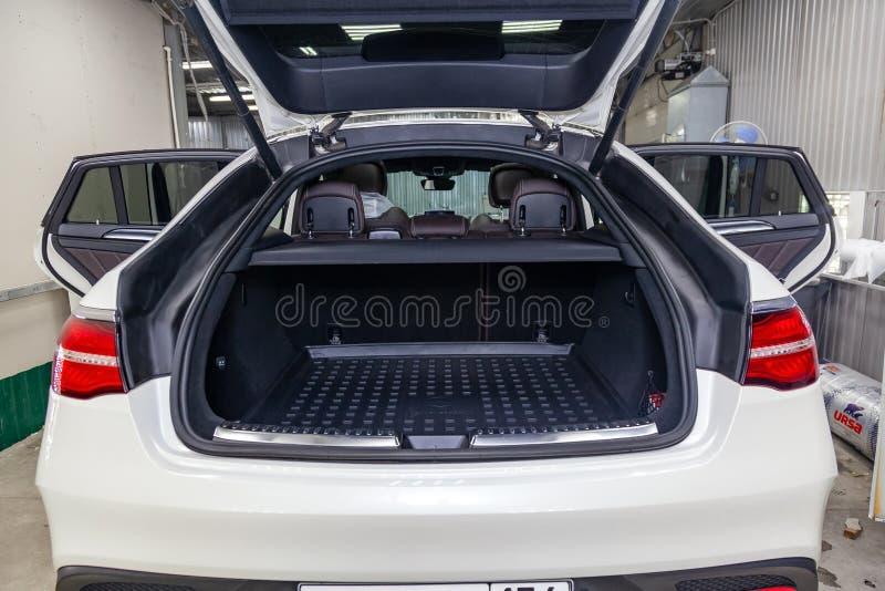 La vista posterior del nuevo coche blanco muy costoso de lujo del cupé AMG 63s de Mercedes-Benz GLE se coloca con el tronco abier imagen de archivo libre de regalías