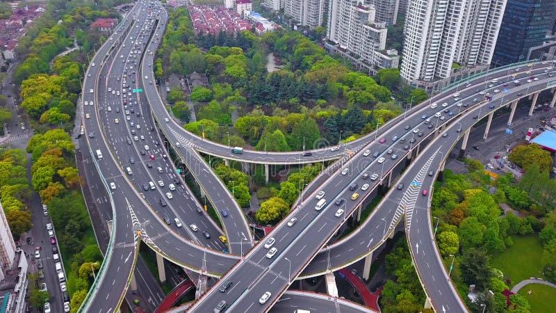 La vista a?rea de los empalmes de la carretera forma la cruz de la letra x Puentes, caminos, o calles con los ?rboles en concepto foto de archivo libre de regalías