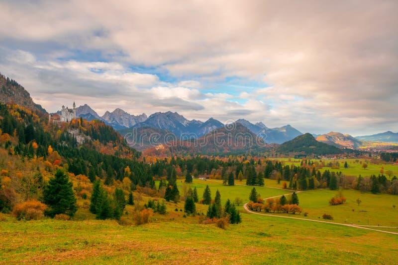 La vista scenica della valle alpina con il Neuschwanstein e Hohenschwangau fortifica alla mattina di autunno fotografia stock libera da diritti