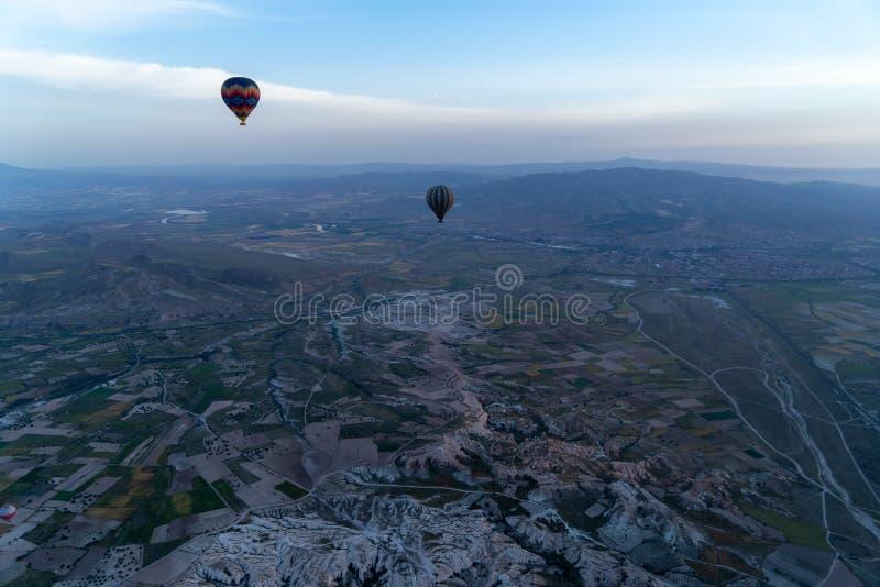La vista scenica di bello panorama dei palloni variopinti e del paesaggio unico di Cappadocia ha frantumato dal pallone di volo immagine stock libera da diritti