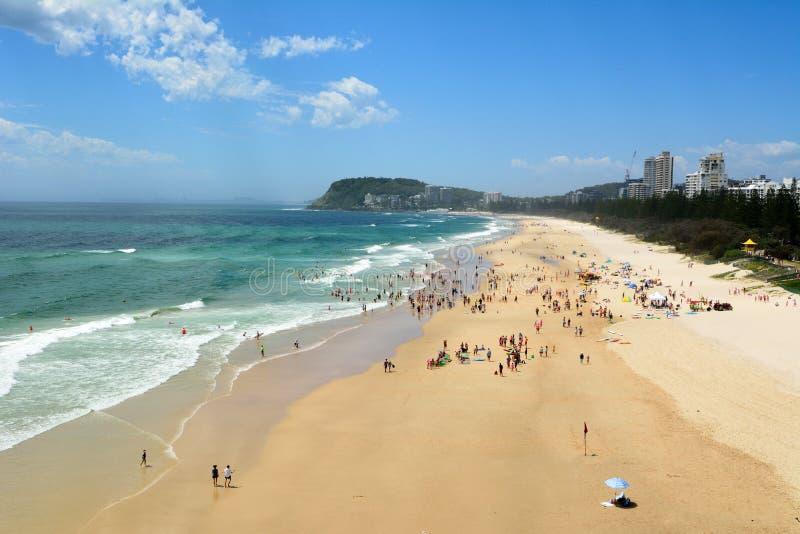 La vista sopra Burleigh dirige la spiaggia nel Queensland, Australia fotografie stock libere da diritti
