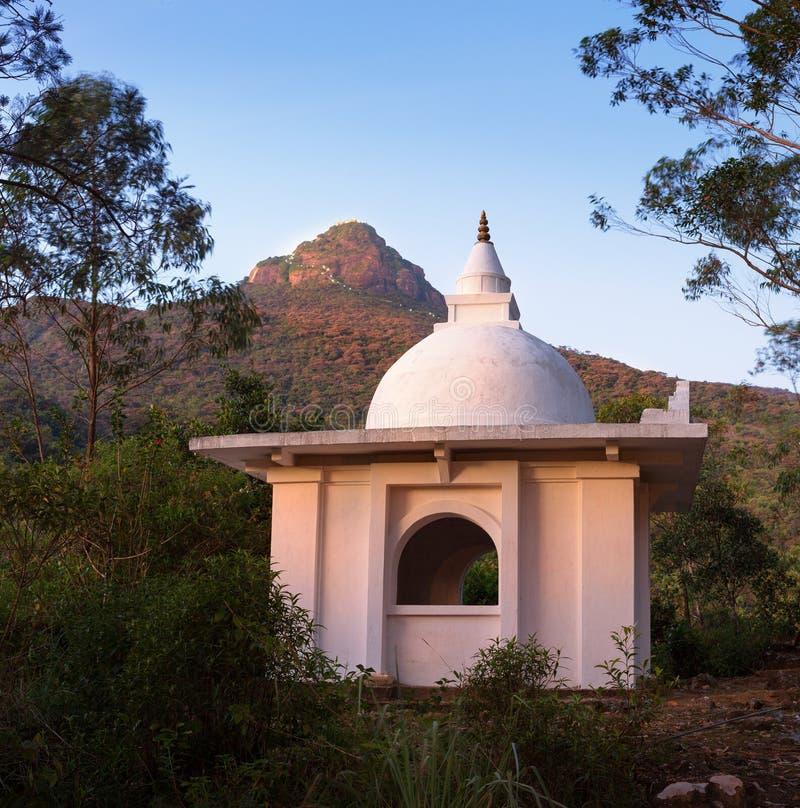 La vista sopra il picco del Adam della montagna ed il tempio, Sri Lanka fotografie stock libere da diritti