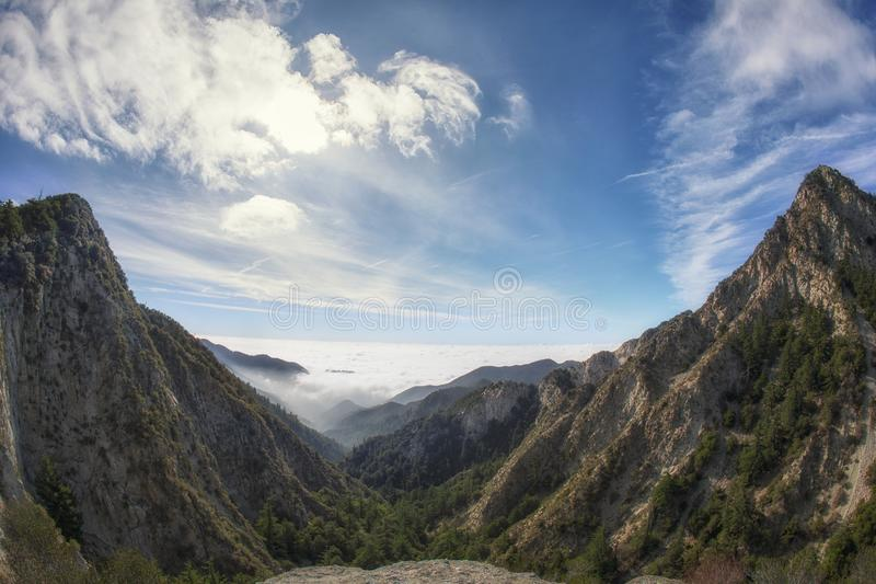 La vista strabiliante del Mt Markham e Mt Le sommità di Wilson da Eaton sellano Trailhead nella foresta nazionale di Los Angeles fotografie stock