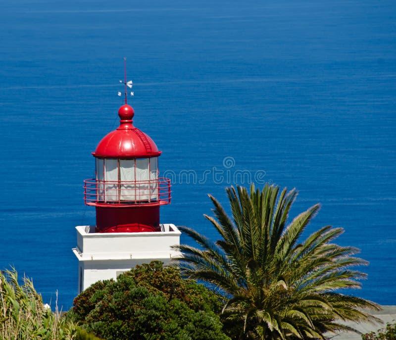 La vista straordinaria e bella attraverso la costa ripida di Ponta fa Pargo, Madera, Portogallo, Europa con una vista sul mare bl immagine stock libera da diritti