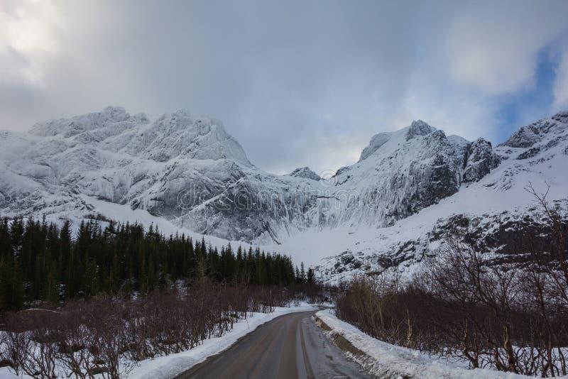 La vista stupefacente da nusfjordveien la strada al ghiacciaio bjorntinden il saut immagini stock