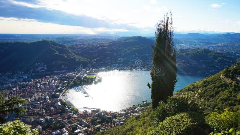 La vista stupefacente del lago Como da Brunate, dalla vista panoramica del lago e della città di Como con il sole rays la rifless fotografie stock libere da diritti