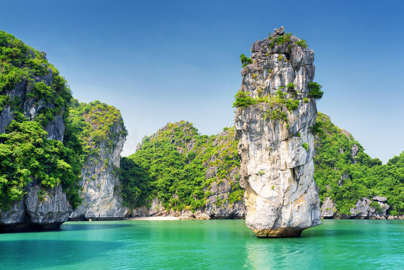 La vista stupefacente della colonna della roccia e l'azzurro innaffiano nella baia di lunghezza dell'ha fotografia stock