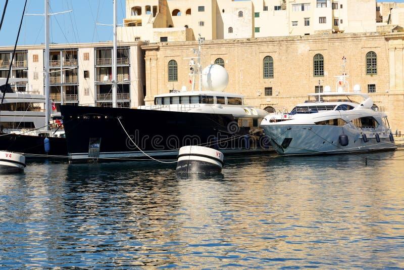 La vista su Vittoriosa e yacht moderni nel tramonto immagini stock