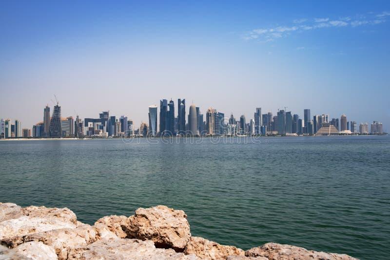 La vista sul centro finanziario di Doha dalla baia ad ovest fotografia stock libera da diritti