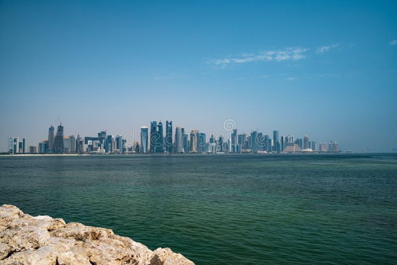 La vista sul centro finanziario di Doha dalla baia ad ovest immagine stock