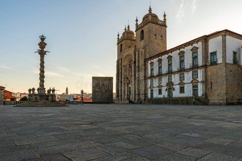 La vista sul Se della cattedrale fa Oporto con la gogna di Oporto dal quadrato all'alba nel centro urbano di Oporto portugal immagini stock