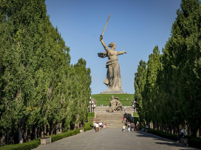 La vista sulla patria della scultura chiama sulla cima del Mamayev Kurgan fotografie stock libere da diritti