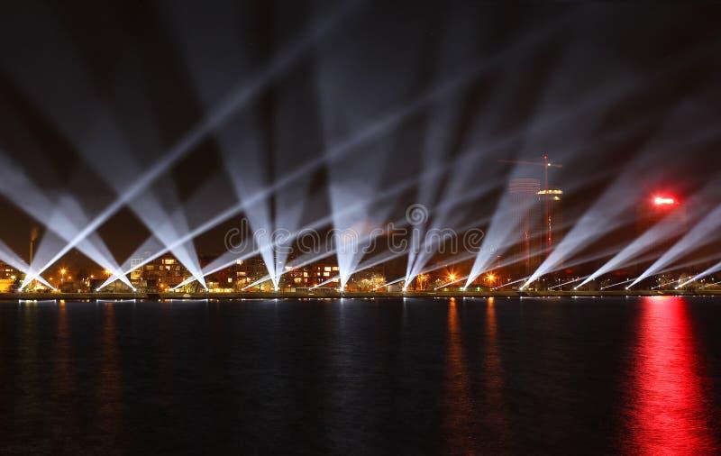 La vista sulla riva di Daugava a Riga con lo spettacolo di luci immagini stock libere da diritti