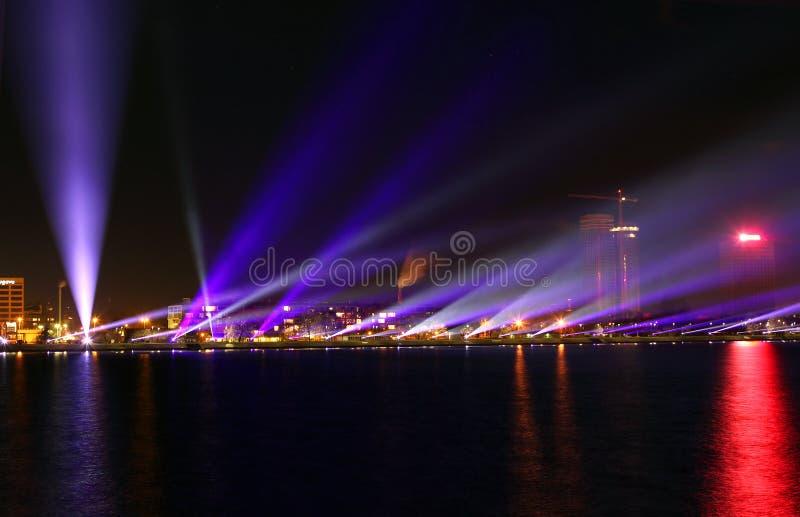 La vista sulla riva di Daugava a Riga con lo spettacolo di luci fotografia stock libera da diritti