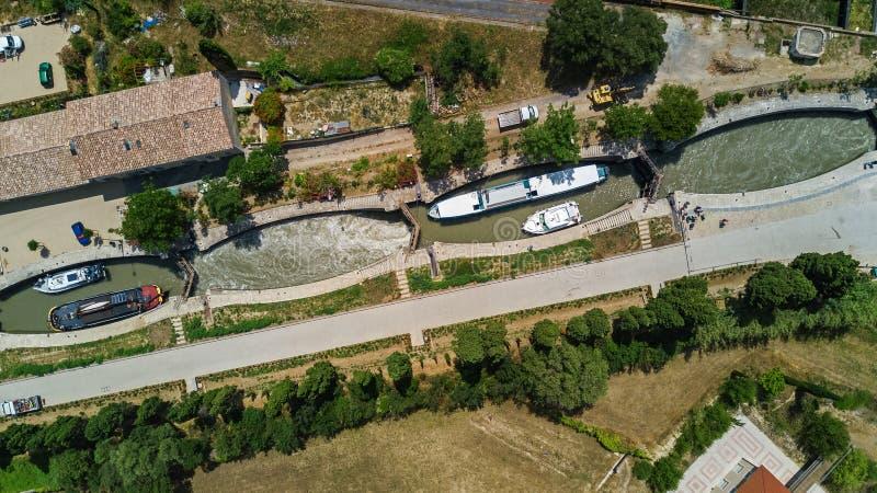 La vista superior aérea de Fonserannes se cierra en el canal du Midi desde arriba, señal de la herencia de la UNESCO, Francia foto de archivo libre de regalías