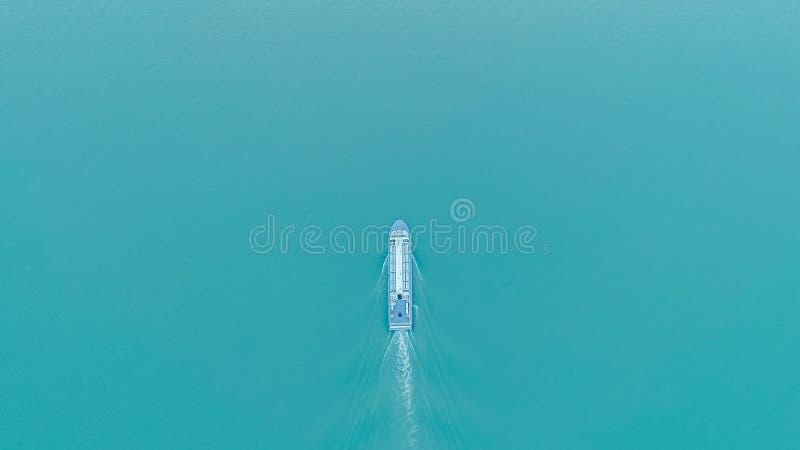 La vista superior aérea del barco de placer navega en el lago en puesta del sol imagen de archivo