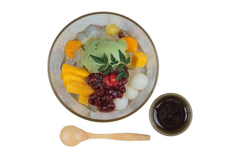 La vista superior aislada del helado del té verde de Matcha sirvió con la fruta del enchufe, el lichi, la naranja, la jalea del c imágenes de archivo libres de regalías