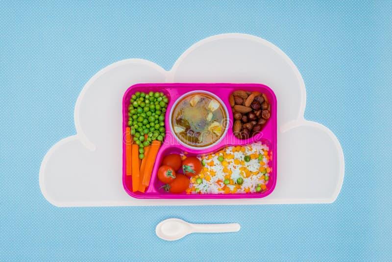 la vista superior de la bandeja con los niños almuerza para la escuela en servilleta fotografía de archivo libre de regalías