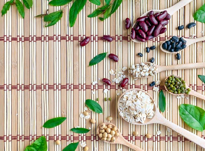 La vista superior de 5 granos del color, incluyendo las sojas, las habas verdes, las habas rojas, los rasgones o el mijo del trab foto de archivo