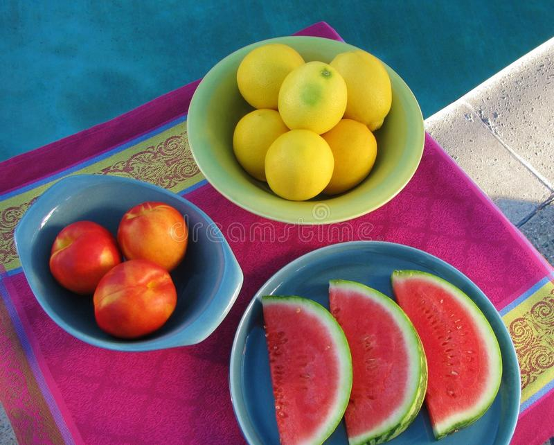 La vista superior de la tabla del partido del poolside con la fruta fresca, jugosa sirvió en cerámica retra fotografía de archivo libre de regalías