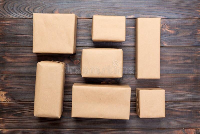 La vista superior de las diversas cajas de regalo, en blanco para usted diseña en el escritorio de madera fotos de archivo libres de regalías