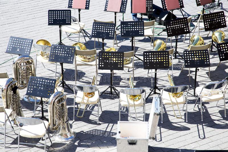 La vista superior de la m?sica de las sillas coloca los instrumentos de la banda de metales imagen de archivo libre de regalías