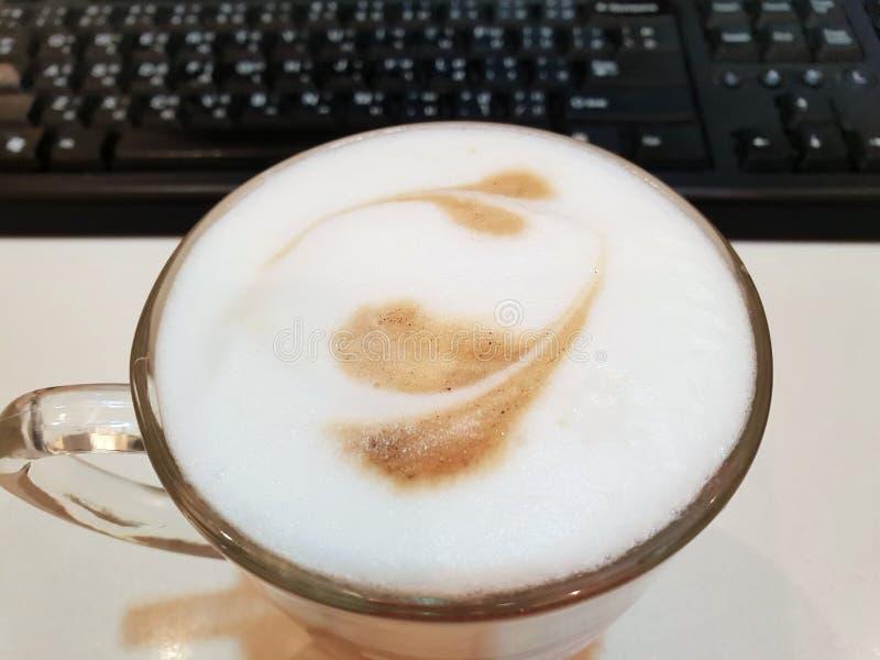 La vista superior del arte caliente del latte del café con espuma formó un corazón imagenes de archivo