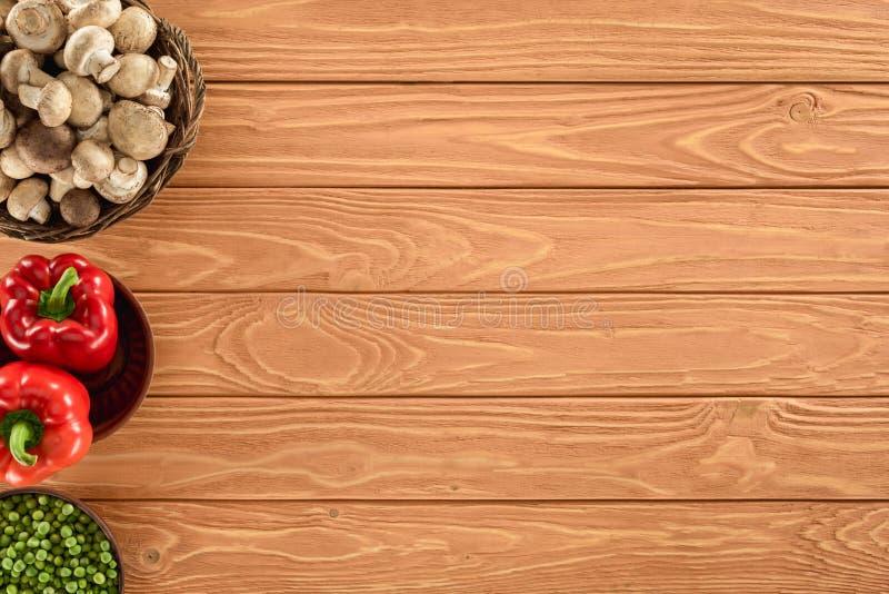 la vista superior del champiñón prolifera rápidamente con paprika y guisantes en cuencos foto de archivo libre de regalías
