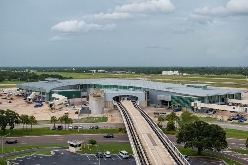 La vista superior del cielo conecta el tren en el aeropuerto internacional 6 de Tampa imagenes de archivo