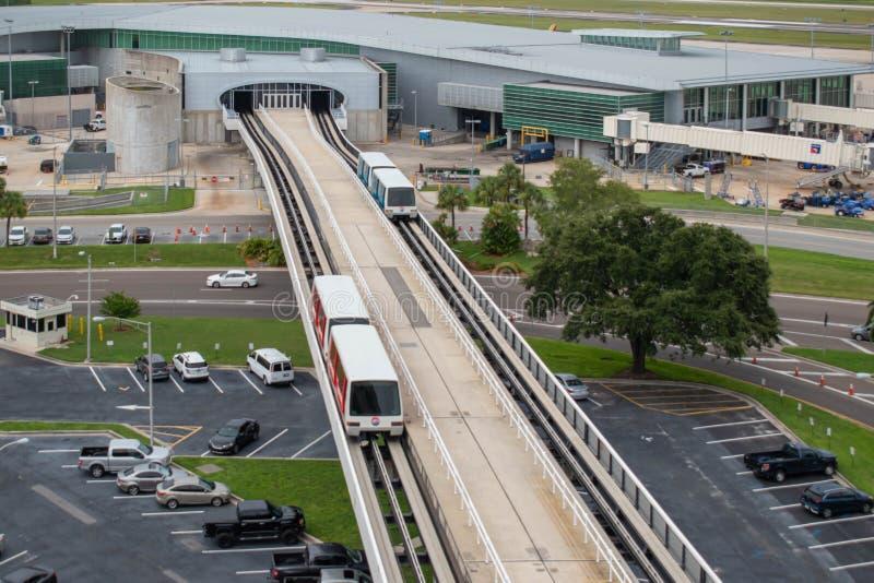 La vista superior del cielo conecta el tren en el aeropuerto internacional 5 de Tampa fotografía de archivo libre de regalías